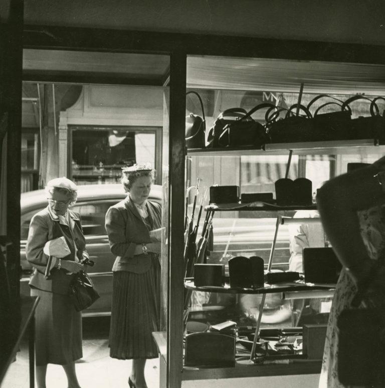 Turisti davanti alle vetrine di Ponte Vecchio a Firenze, 1955